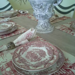 The chinoiserie style of the table setting is carried out in the bedroom as well.