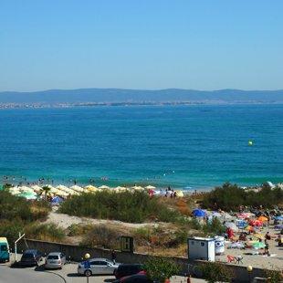 Стара планина e в далечината и централният плаж е в непосредствена близост.