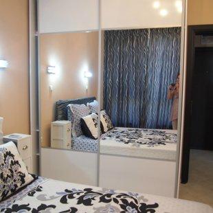 Двойното легло и двете нощни шкафчета гарантират пълна релаксация.