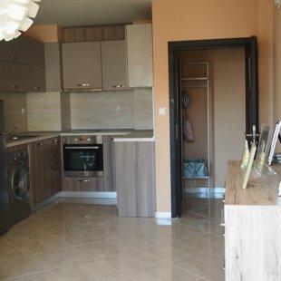 Кухнята е просторна и напълно оборудвана с висококачествена техника.