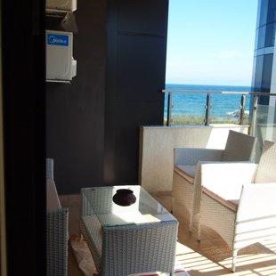 Терасата е с изглед към един от най-хубавите плажове на Поморие.