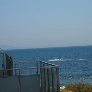 Всички плажове имат спасители и са подходящи за малки деца и неопитни плувци.