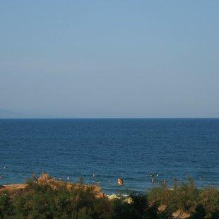 Плажовете се простират на километри и можете да се разхождате или да плувате до тях.