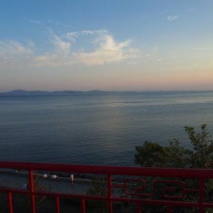 Изумителната панорамната гледка от терасата  спира  дъха ден и нощ.