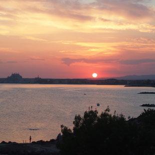 Морето от тази страна на полуострова може да бъде невероятно  спокойно вечер