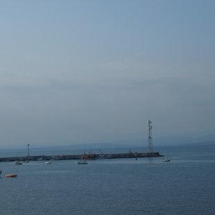 От яхтеното пристанище можетe да  обиколите залива с някоя от лодките за разходка.