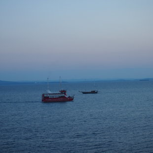 Маршрутът на лодките за забавление минава точно покрай Морски Елементи 4.