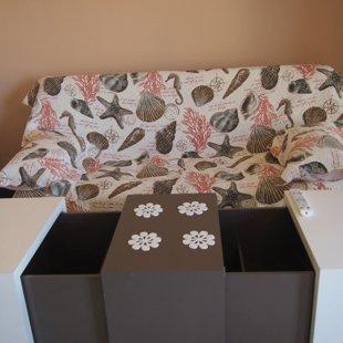Этот универсальный стол может быть использован для хранения вещей.