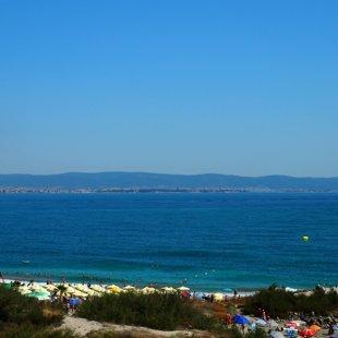 Пляжи тянутся на мили, и вы можете идти гулять или плавать.