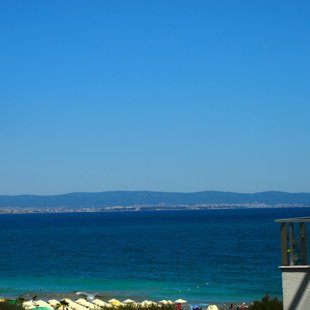 Вы можете увидеть древний город Несебр на другой стороне залива.