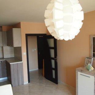 Итальянская плитка покрывает пол в гостиной / столовой и кухней.