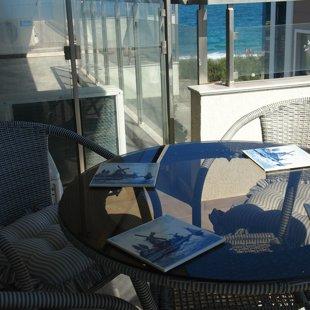 Водонепроницаемый мебель удобна для утреннего кофе или ужин на открытом воздухе.