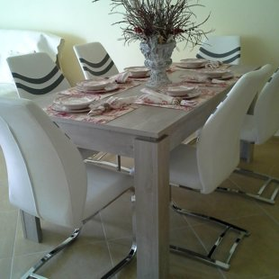Французский стол в столовой удобно собирать шесть человек.