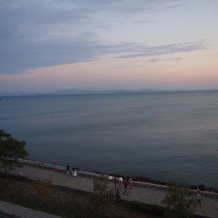 Недавно расширен набережной тянется на много миль вдоль берега
