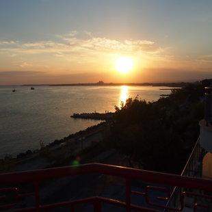 Панорамный вид с террасы захватывает дух день и ночь.