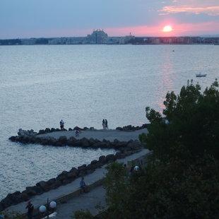 Прибрежная бульвар идеально подходит для бега в день, и прогулка в вечернее время
