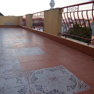 Эта терраса идеально подходит для принятия солнечных ванн и приема пищи на свежем воздухе.