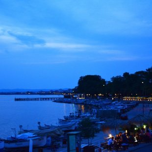 Вечерните разходки покрай брега са удоволствие за всички - местни и гости.