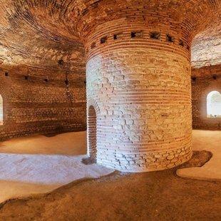 Тракийската гробница ( 2-4 век) е отворена за посетители.