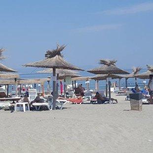 Песок на пляжах либо в порядке и желтый, или черной и богатой окислами железа.