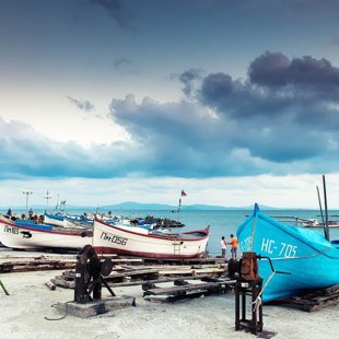 Рано утром рыбаков продавать свою ночную улов прямо с лодок.