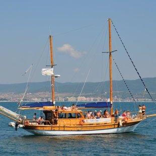 Туристические лодки в изобилии в этом районе.